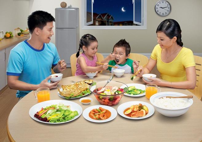 Hãy tạo ra một không khí vui vẻ cho bữa ăn của bé
